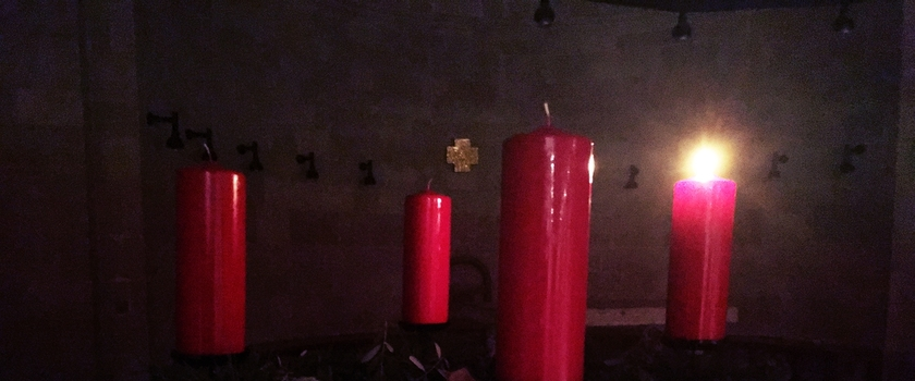 Adventskranz in der Brotvermehrungskirche in Tabgha